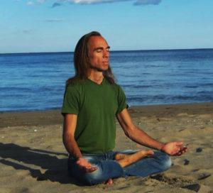 Michael meditiert am Strand2
