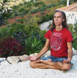 Michael meditiert auf Kies2