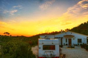 Sonnenaufgang mit Wohnwagen und Finca_m