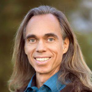 Ernst Michael Stocker: Authentisch zeigt er sich als Neuer Mann mit einem strahlenden Lächeln und leuchtenden Augen.