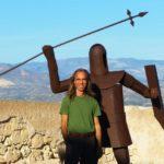 Ernst Michael Stocker zeigt sich als der Neue Mann neben einem grossen Blech-Ritter mit Schild und Lanze