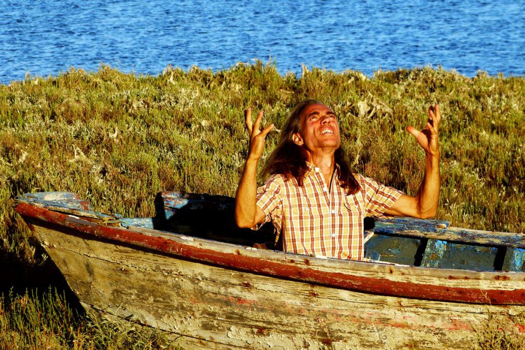"""Wenn die Bestellungen beim Universum nicht """"erhört"""" werden, kann man schon mal verzweifeln. Auf diesem Bild siehst du Michael in einem gestrandetem Boot mit verzweifelter Miene"""
