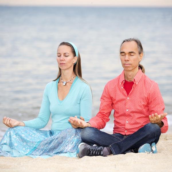 Auf diesem Bild siehst du die Lichtarbeiter Irene und Michael in Meditation.
