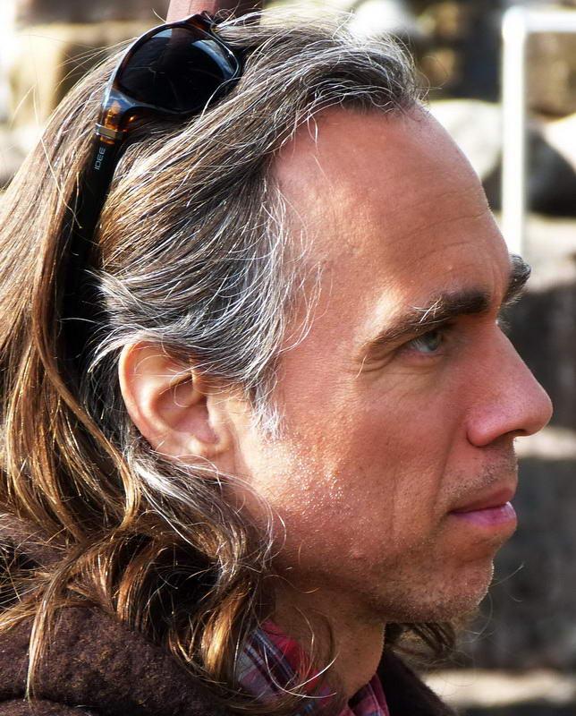 Portraitfoto von Soul Guide Michael -  im Profil. Er schaut nach rechts mit offenen Augen. Ganz ungeschminkt. Ohne Allüren.