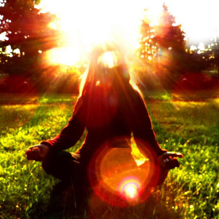 Meine Bestimmung finden: auf diesem Foto siehst du, wie in der Stille Licht und Kraft in dich einströmen.