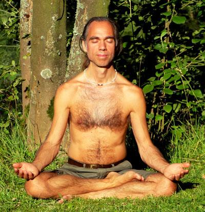 Foto von Soul Guide Michael bei der energetischen Arbeit - Meditation im Grünen
