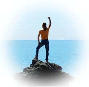 Foto eines Mannes, der in die Ferne schaut und einen Arm nach oben streckt.